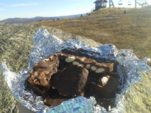 Perfekt turmat - salte mandler med sjokolade.