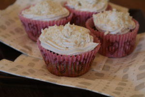 Nydelige kokosmuffins med kokosfrosting og kokostopping - YEAH!