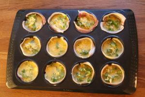 Fyll formene med egg og ost